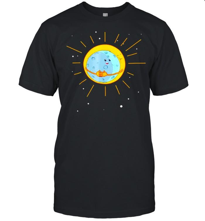 The Sun gives the Moon a hug shirt Classic Men's T-shirt